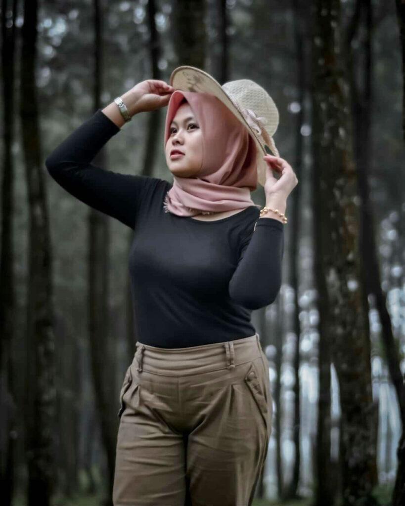 Foto model Hijab Seksi di Hutan Pinus Selangkangan ketat