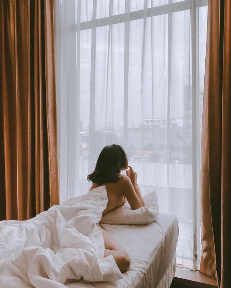 Cibeby Miyabi pamer foto telanjang di atas ranjang