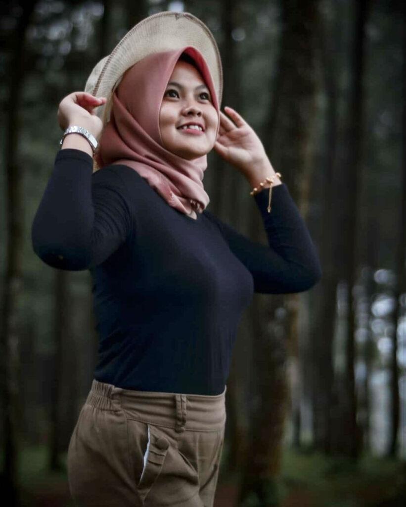 Cewek Chubby Pake Baju hitam Kaos ketat dan seksi manis di Hutan Pinus