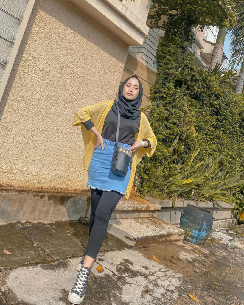 Cewk manis Outer Kuning Legging Hitam dan rok Mini Jeans