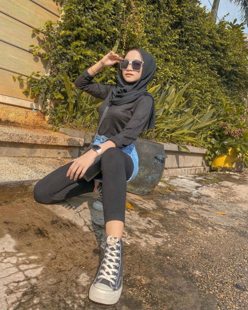 Pose jongkok gaul cewek hijab jeans rok mini legging