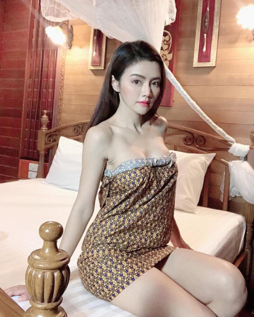 Cewek semok seksi di dalam kamar manis pakai Arung batik dan kebaya manis
