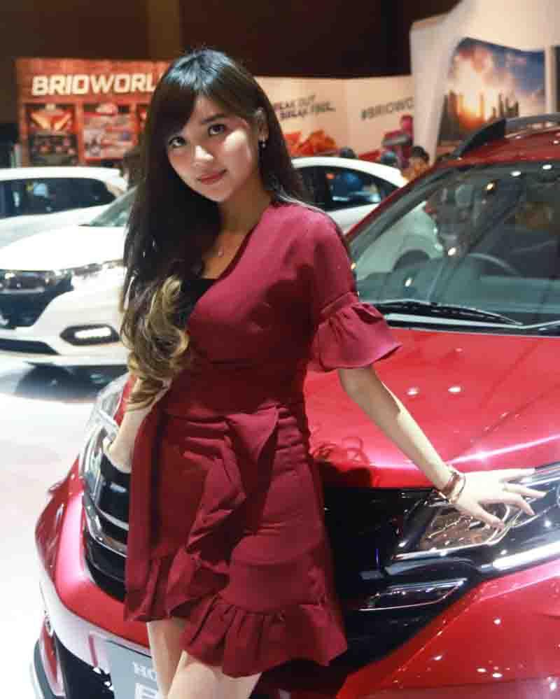 Cewek IGO Manis Mahasisiw Jadi SPG Pameran Mobil