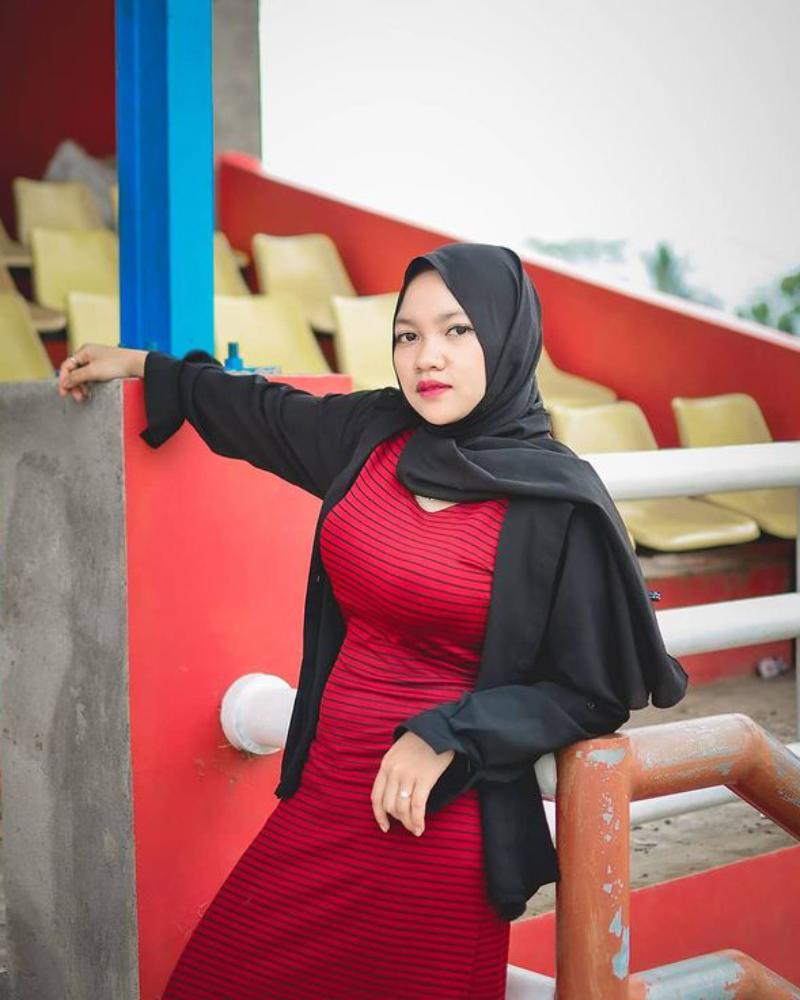 pose menantang dan seksi Selebgram Muntakiyah Hijab ketat