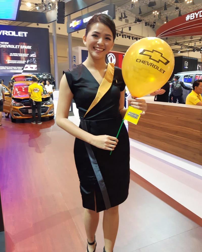 SPG Mobil Cheverolet pegang Balon