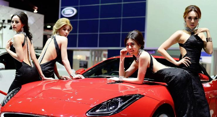 SPG mobil seksi di Pameran otomotif