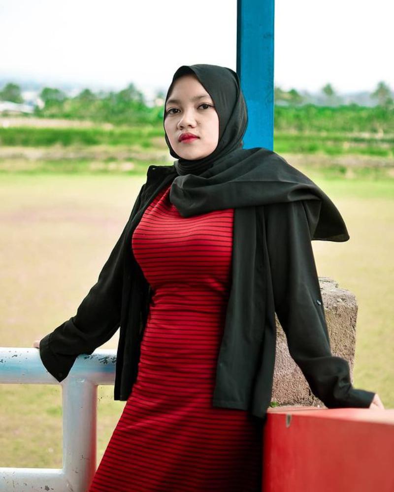 Gaya dan Pose Foto selbgram Hijab Seksi Muntakiyah