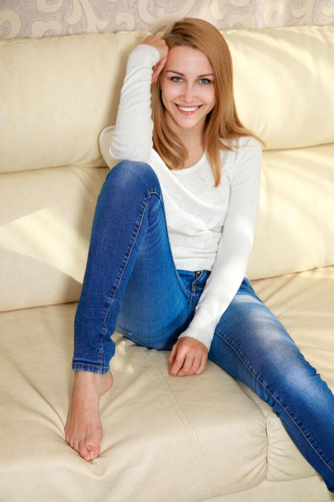 Model Bule Cewek Blonde Pose ngangkang senyum indah