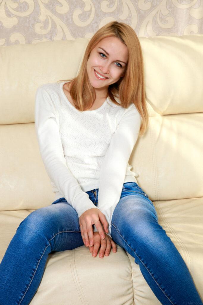 Model Bule Cewek Blonde pose cantik dan manis