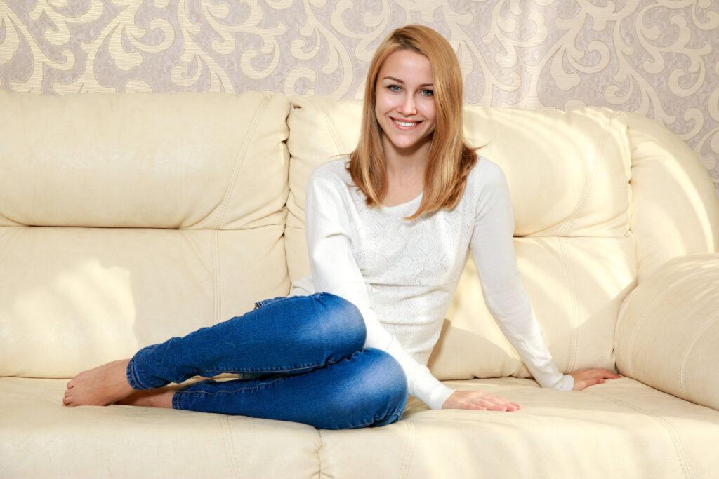 CEwek manis duduk Model Bule Cewek Blonde