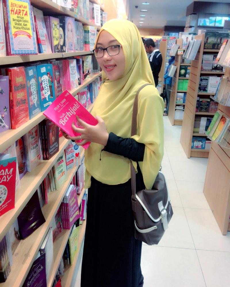 Bidan Makassar cantik dan manis Ani Revani Kini Jadi Janda