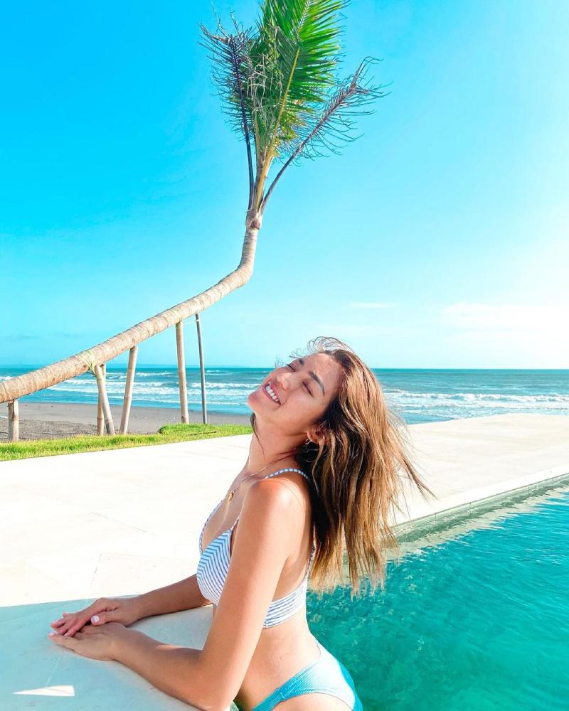Jennifer Iskandar seksi di Pinggir kolam renang pakai Bikini basah