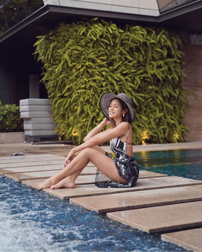 Jedar artis seksi duduk manis di pinggir kolam Renang pamer paha mulus