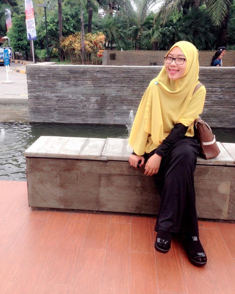 Ani Revani Foto selfie di depan Mari makassar