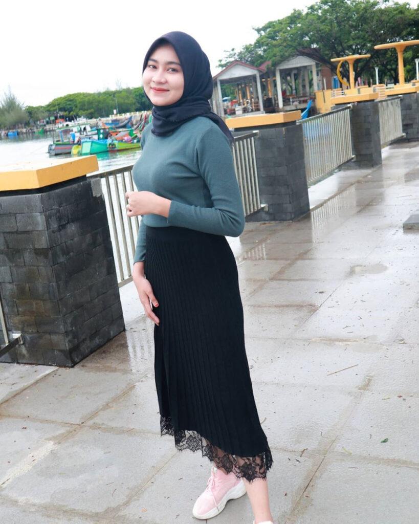 Rok Plsiket dan Baju Kaos Ketat Selbgram Aceh Ririn Putri Anjani