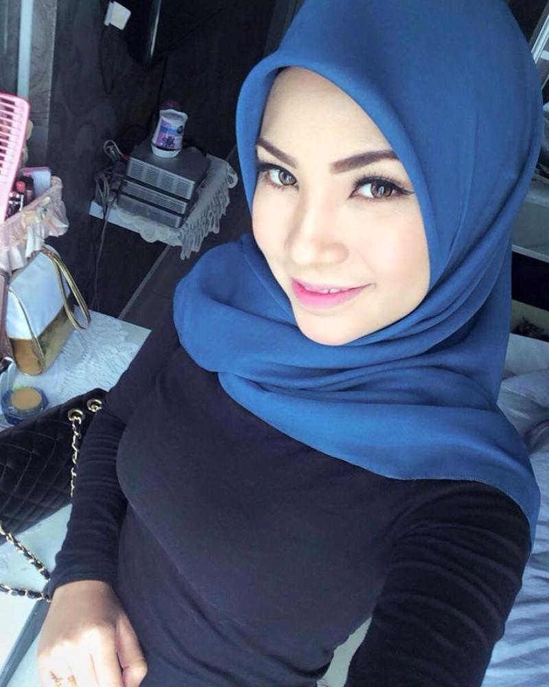 Cewek manis dan cantik pakai JIlbab tapi Baju kaos super ketat dan toge