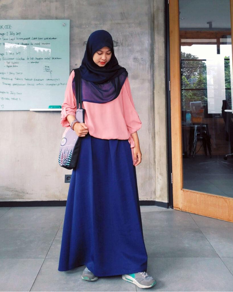 Mahaisswi MAnis dan cantik pakai Jilbab ke kampus dengan rok lebar yang anggun