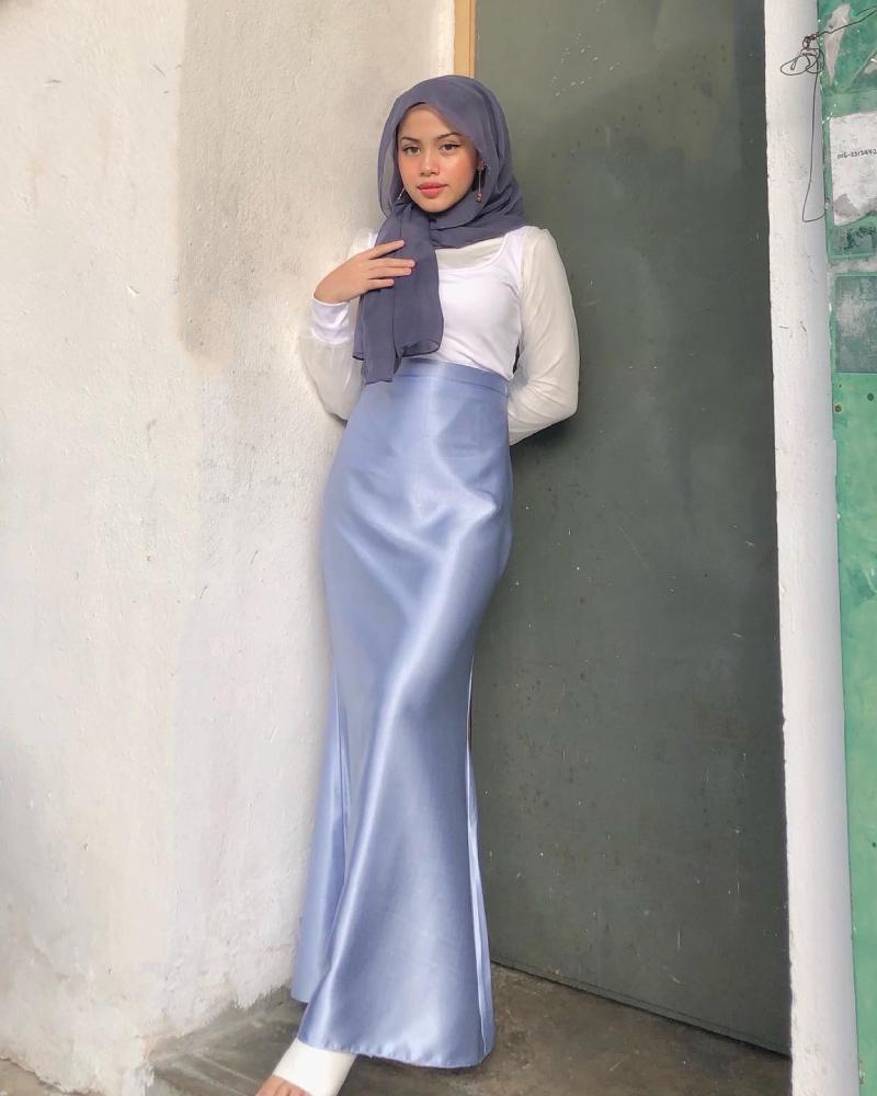 Cewel Malaysia manis Rok Satin Panjang Baju kaos ketat nyeplak