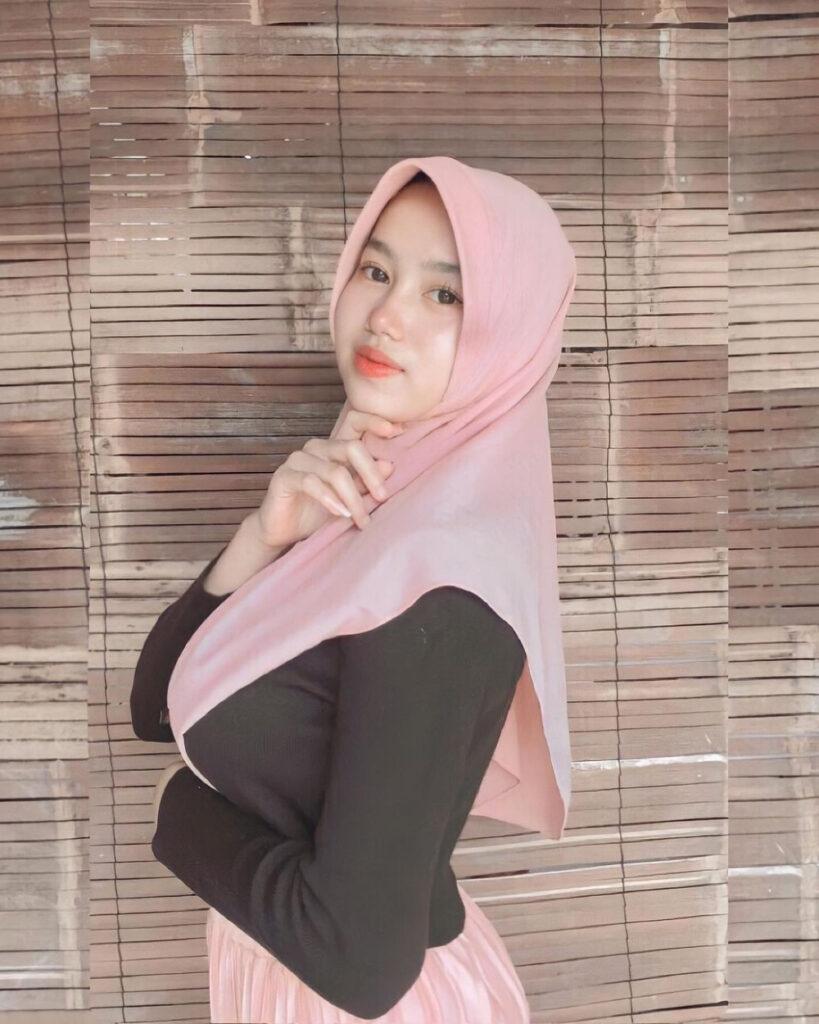 Senyum manis cewek seksi pakai Baju Hitam Jilbab ketat