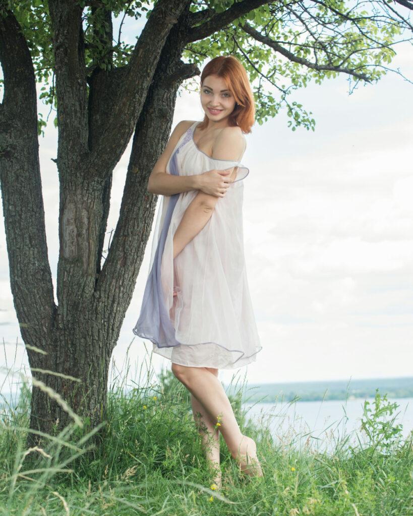 Foto Model seksi Kika Pamer Bahu Mulus Gaun melorot cantik dan seksi