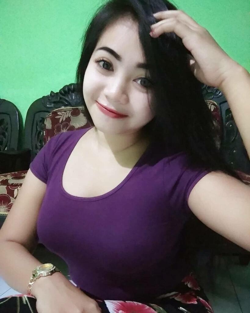 Janda cantik pakai Baju warna ungu yang ketat dan bohay