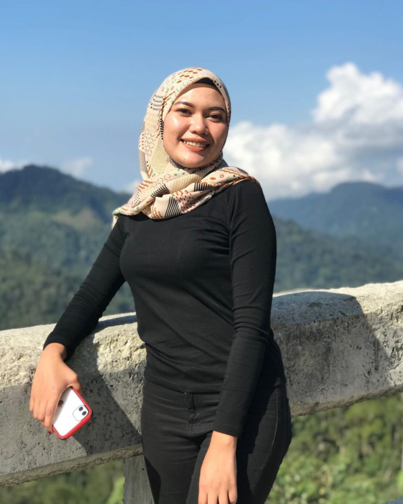 Cewek manis jilbab dan hijab baju kaos ketat