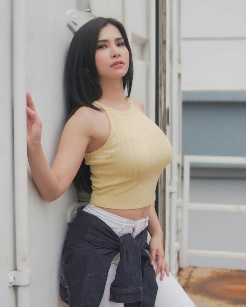 Pose busung dada seksi Presenter Olahraga Maria Vania