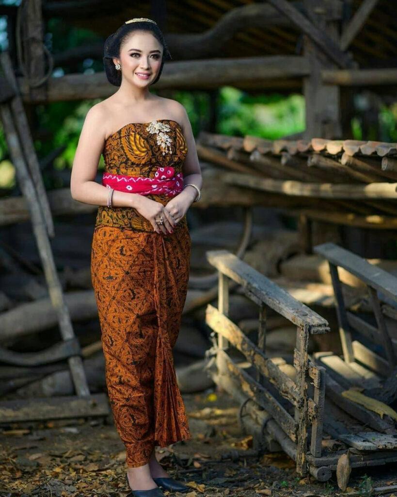 Gaun dari sarung batik super seksi dan manis di kebun