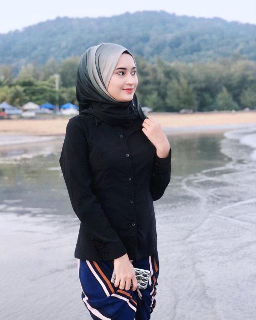 foto model hijab tema pantai baju kemeja hitam
