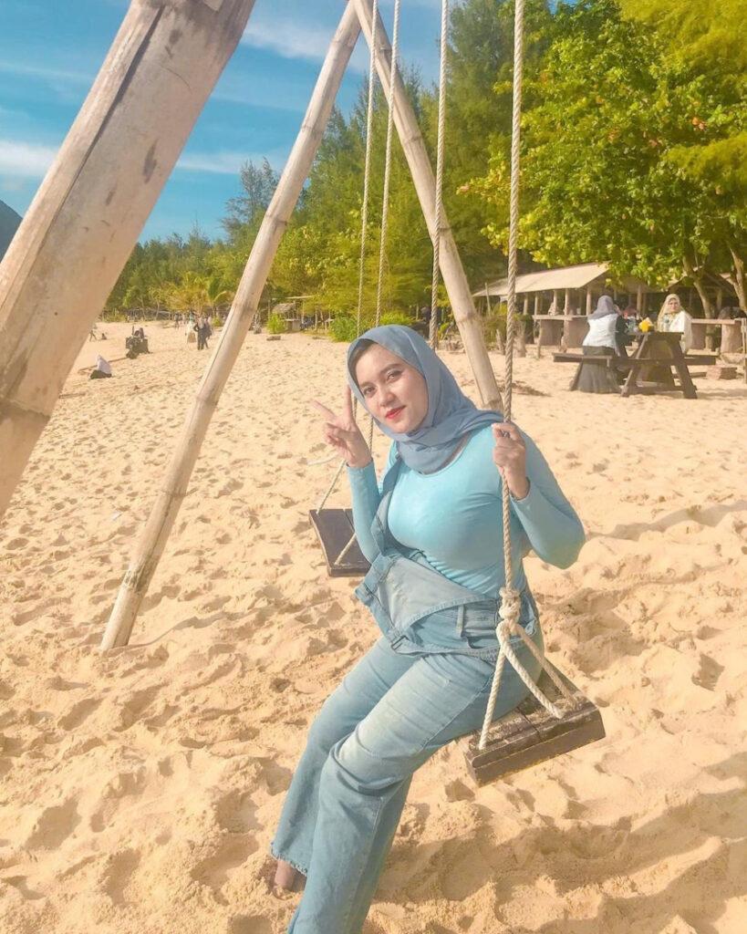 ootd hijab pantai jeans ketat dan manis