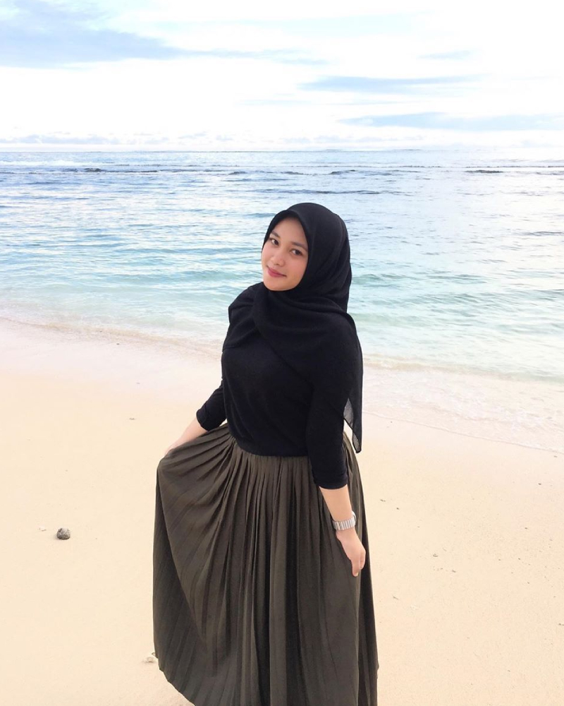 foto model hijab tema pantai rok manis