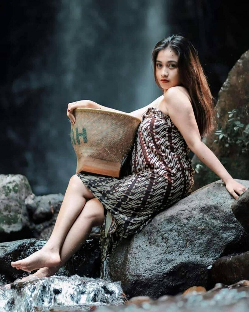 Cewek seksi menggoda mandi pakai sarung batik mandi di sungai rambut hitam panjang