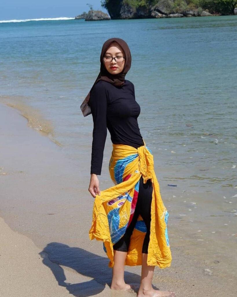 foto model hijab tema pantai seksi krempeng