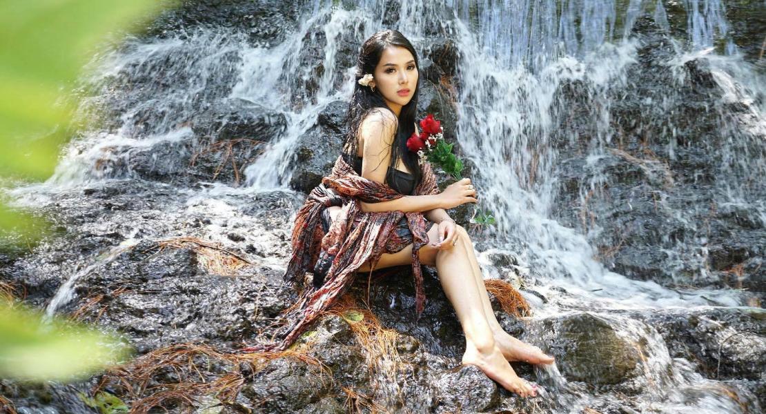 Cewek Manis Kembang desa pamer paha mulus mandi di pinggir sungai