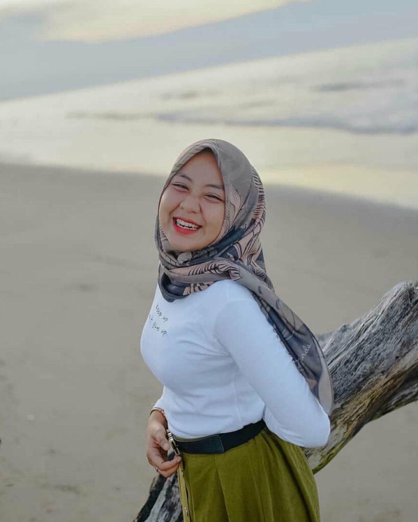 foto model hijab tema pantai seksi dan sintal