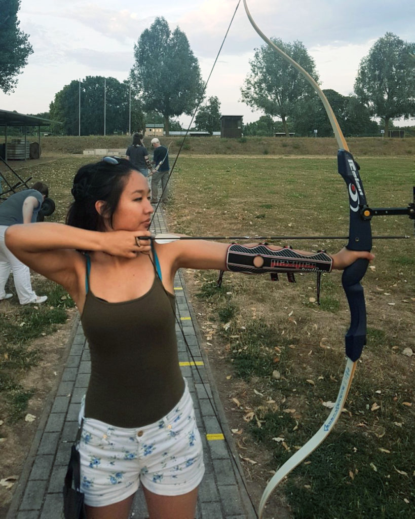 Cewek IGO manis Latihan Panahan pakai Tanktop tali bh kelihatan