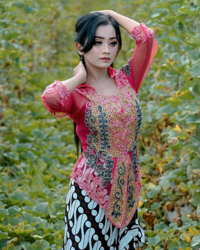 Pose seksi dan manis menggoda cewek Jawa manis Sarung Batik Motif cirebon