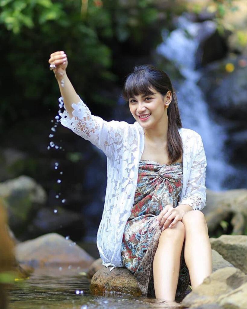 Cewek manis main air betis indah dan sarung batik di sungai