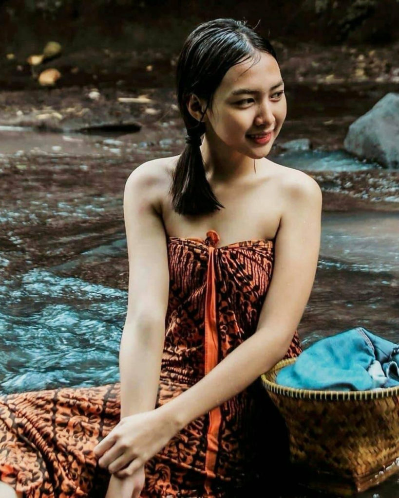 ABG Cewek gadis remaja mandi basah di sungai pakai sarung batik