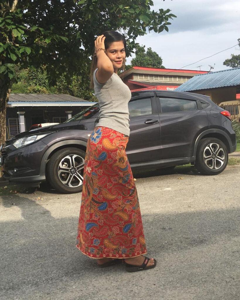 Gadis kampung dan manis pakai Sarung batik merah dan manis
