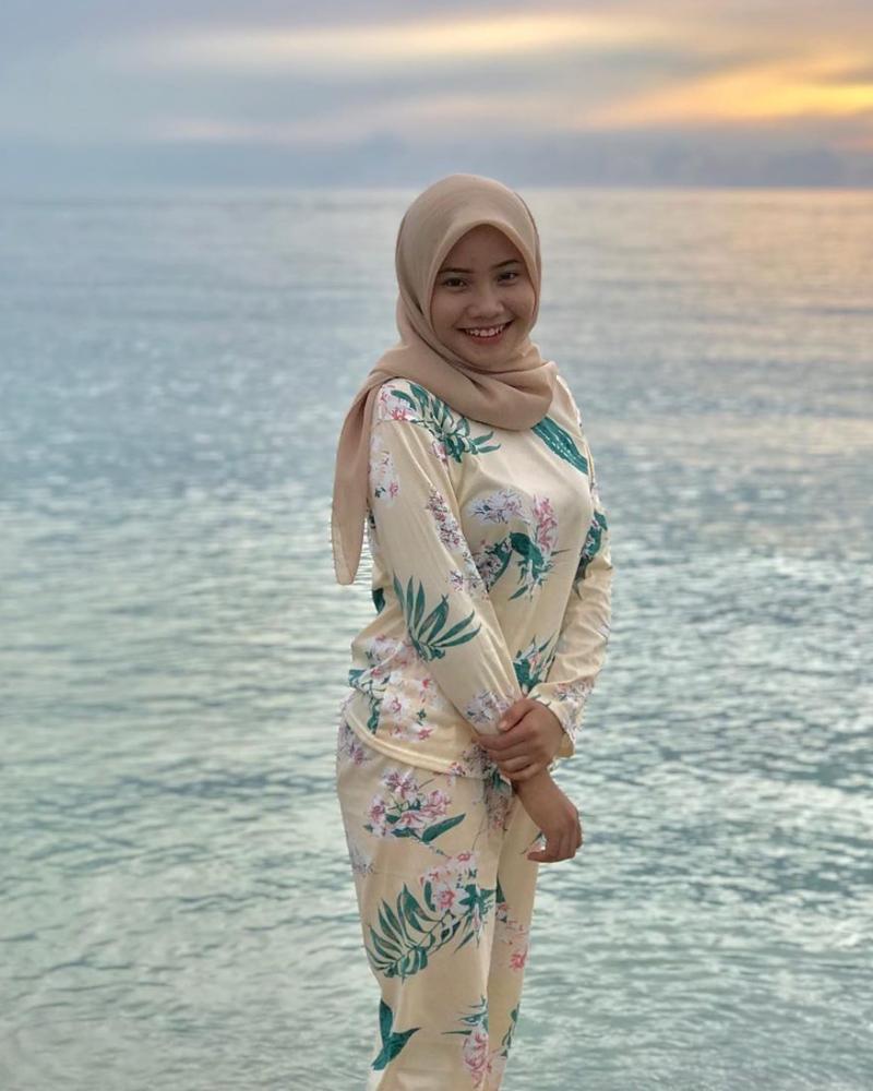 Senyum manis style hijab pantai casual