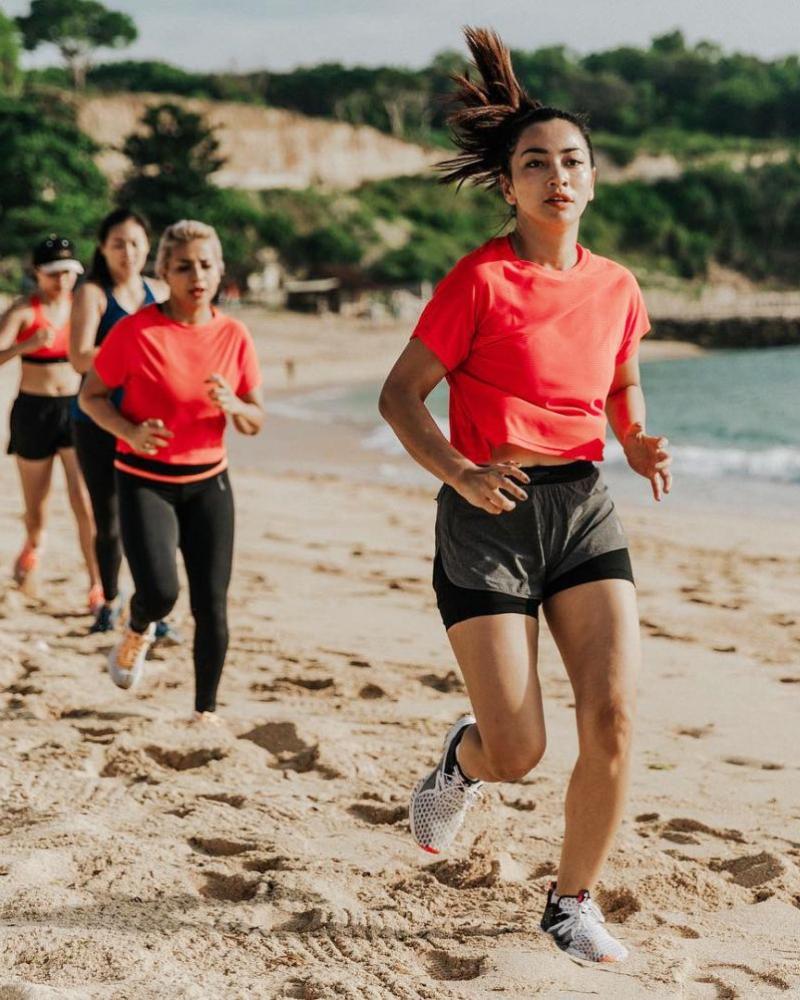 Hot pant pendek Hesti Purwadinata Jogging di pantai