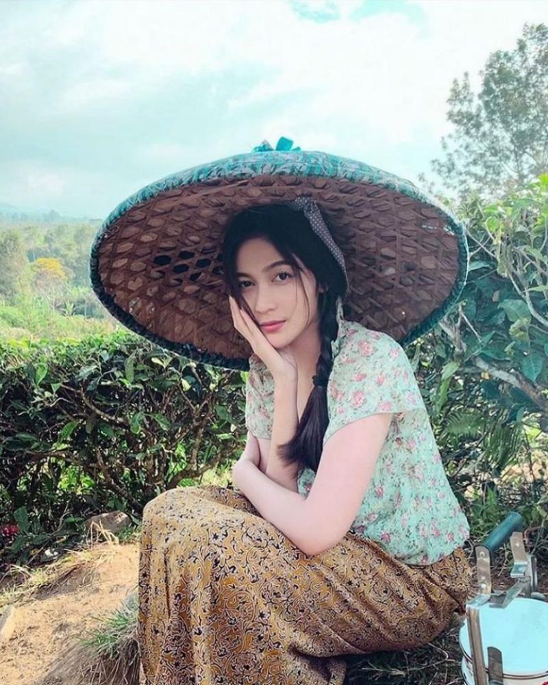 Topi caping manis dan photoshoot konsep gadi desa kembang kampung Denira Wiraguna