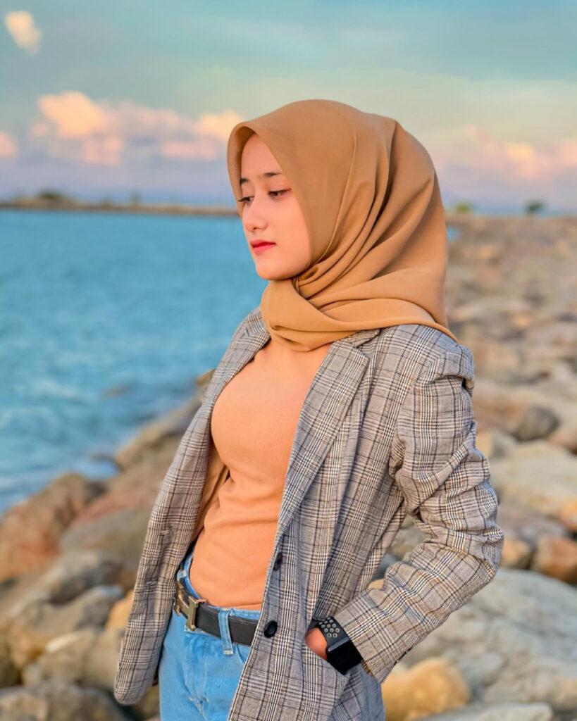 pose seksi style hijab pantai casual