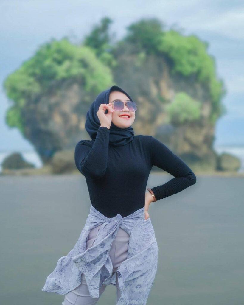 style hijab pantai casual baju koas hitam ketat