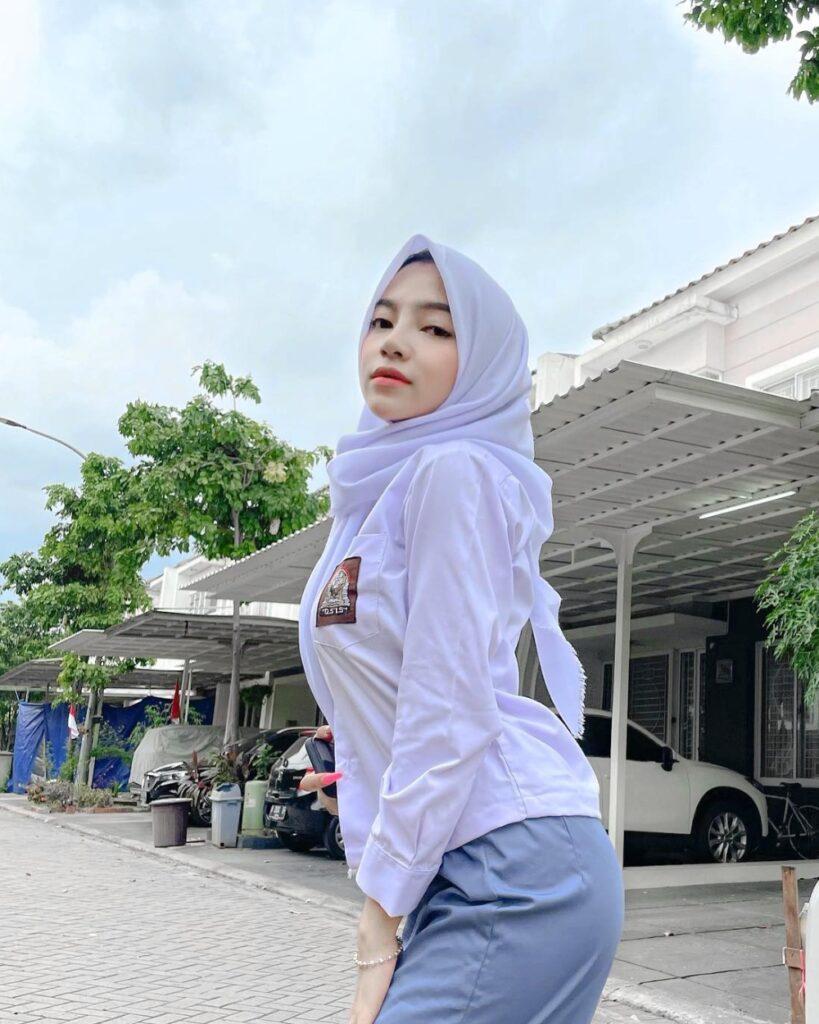 Cewek hijab manis Seragam SMA Seksi dan Menggoda