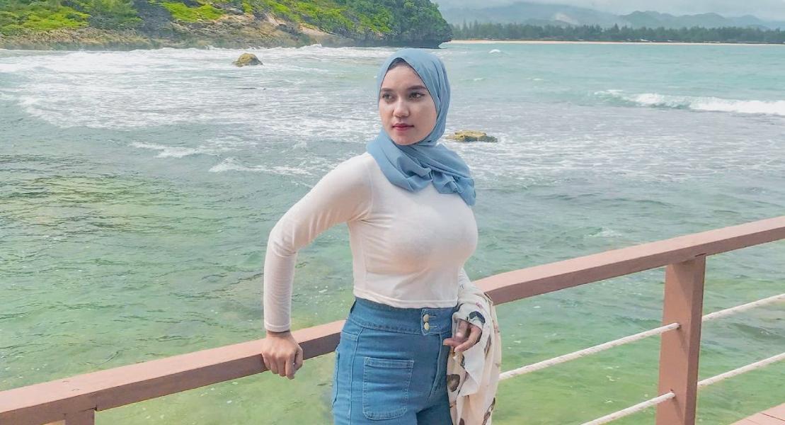 Cewek manis pakai Hijab dan baju kaos ketat bulet sempurna