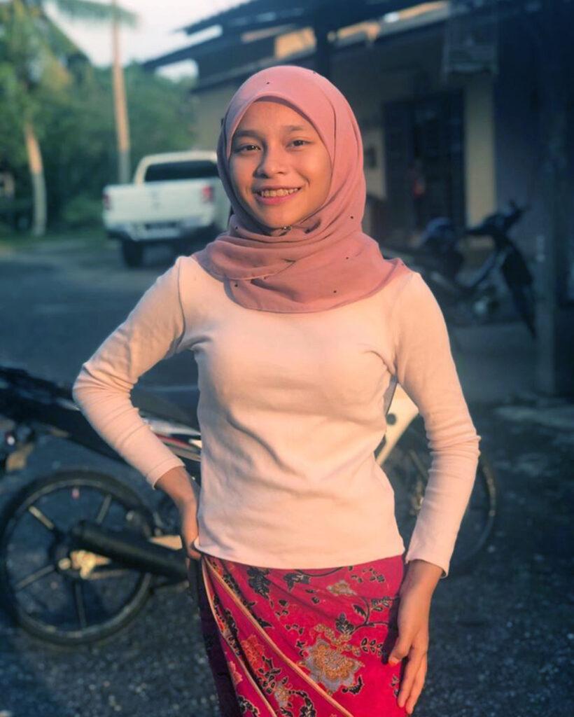 Hijab Chalengger baju kaos putih manis baju ketat BH Nyeplak