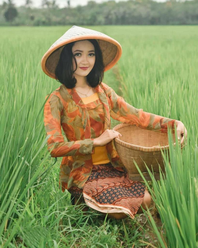 Gadsi kampung pakai Topi Caping Tradisional dan Baju jaret serta sarung batik di pinggir sawah