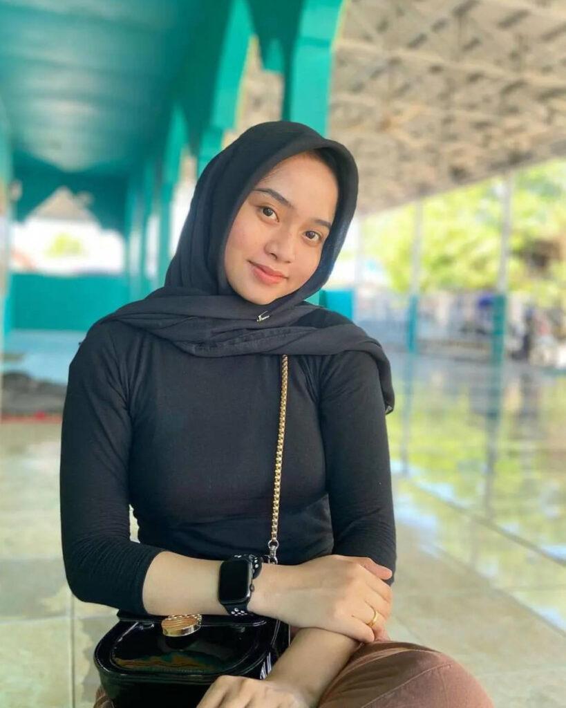 Cewek manis pakai Baju Kaos ketat jilbab dan seksi selfie